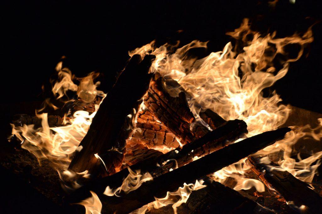 Yule logs were still used during Elizabethan Christmas